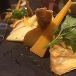 31271058 - チーズも種類がたくさんです。