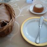 おいしんぼ - カゴの中にはフランスパン