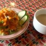 ガンジス川 - セットのサラダとスープ。