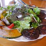 31297180 - 新鮮な野菜と自家製ベーコンのサラダ。