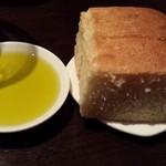 エノテカ・ラ・リコルマ - 自家製パンとオリーブオイル