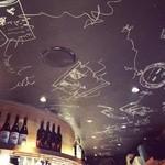新宿ワイン酒場 - 手書きの天井