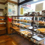 ビエント湘南 - 店内 惣菜パンは、12:00過ぎで残り少ないのもあり。ファミリーに人気の店です。