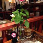 31315555 - 禁煙席のテーブルにバラの花とコーヒーシュガー