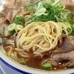 天 - ラーメン天のラーメン特製(チャーシュー)の麺(14.09