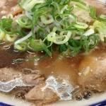 天 - ラーメン天のラーメン特製(チャーシュー)脂膜たっぷりのスープ(14.09)
