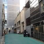TI DINING - 青山ケンネルを過ぎて見える緑色の道路の奥右側☆