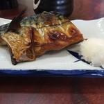 菊寿司 - ランチのちらし丼についてきた脂の乗った焼き鯖です。これだけでもご飯3杯はいけますw