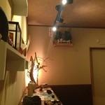鮨旬美西川 - カウンター後ろには作家さん達による焼きものなどが品良く飾られております
