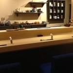 鮨旬美西川 - 小さい店ながら広々としたような空間