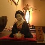 鮨旬美西川 - 玄関に向かい御福さんが一番最初に笑顔で皆様を迎えてくれます。