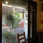 洋食ますだ - ニャンコの絵が書かれた明るい窓(2014.10.8)