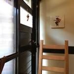 洋食ますだ - 私の座った席から見た入り口、壁にはジミヘンの写真(2014.10.8)