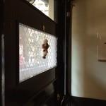 洋食ますだ - ドアの窓と、ジミヘンが飾られた壁、好きなアングルです(2014.10.8)