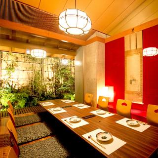 接待や会食、顔合わせや還暦のお祝いに最適な庭園個室も完備。