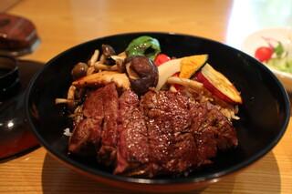 スギモト 本店 - 開くと大きなお肉とやさい