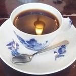 カフェ・グレ - ライトの映り込んだコーヒー