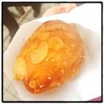 カフェ ベルベ - 横浜の赤レンガで行列のカレーパン♪ 茄子とキノコが入った コーンフレークの衣サックサクでうまし(^ ^)