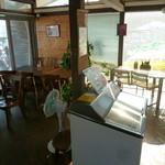 のこバーガー - 店内は狭いですが、隣のカフェのテーブルも利用出来ます♪