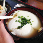 マッちゃん - だし豆腐380円。温かいおつゆを張ってあります。                             こちらもおやつに食べるには結構な量があります。