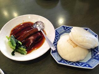 江山楼 中華街本店 - 江山楼の東坡肉1,200円を注文。 中華パンも2個ついてきます。