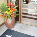 珈琲蔵人珈蔵 - 内側の引き戸、花が綺麗です