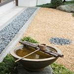 珈琲蔵人珈蔵 - 手水鉢のある、庭の風景