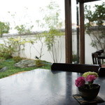 珈琲蔵人珈蔵 - 庭を望む窓側の席が空いていました(喫煙コーナー)