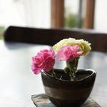 珈琲蔵人珈蔵 - 各テーブルにある、カーネーションと花器