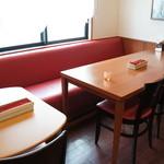 花れん - テーブル席が並び、その奥に10人くらいが入れるスペースもありました