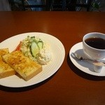 よつ葉のクローバー - コーヒーとアーモンドトーストをオーダー。