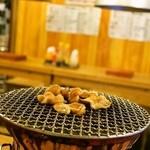 ホルモン鶴松 - 2014.10 炭火の七輪で焼きます(焼いているのはホルモン)