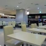 しのわ - リバレインの地下2階にある客席を広く確保したお店では人気のタルトや焼き菓子などの販売以外にもカフェとして季節の野菜を使ったからだに優しいランチやカフェメニューを楽しめます。