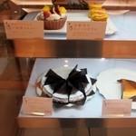 しのわ - 先ずは店頭に並んだ美味しそうなタルトや焼き菓子から好きな物を選んで一緒にコーヒーを注文しました。