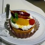 しのわ - 友人が選んだのはタルトフリュイ480円、その季節の旬な果物を使ったタルトですね。