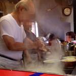ラーメン二郎 - モチモチ麺を丼へIN
