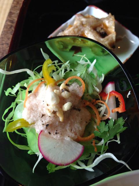 菜食自然食 喜心 - 玉ねぎ梅酢ドレッシングのサラダ