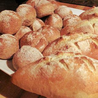 毎日お店で18時に焼き上がる自家製パン!
