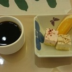 御苑食堂 ジャルダン - 最後にプチケーキとコーヒーを頂きました!