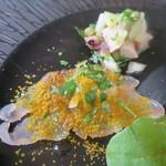 イル ヴィスキオ - 愛媛県イサキのカルパッチョ、サルディーニャのカラスミのパウダー