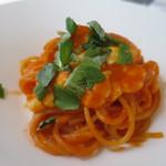 イル ヴィスキオ - バジル、モッツァレラチーズ、トマトソースのカプレーゼ仕立てのパスタ