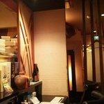 胡魯 - 4席のカウンターと小上がりが奥に