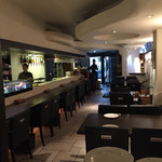グラン・ヴァン18区 - カウンターと4人テーブルが3つで、20人程度のオープンスペース。