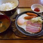 ひの家 - ベーコンソーセージエッグ朝食