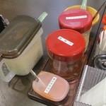 壱角家 - 卓上の調味料達、刻み玉葱や生姜がいい