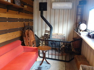 新潟珈琲問屋 - 冬は実際に薪ストーブで暖房するそうです