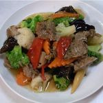 萬和樓 - 素牛肉とブロッコリーの炒め(菜食もどき料理)