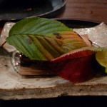 美食倶楽部 - 鰆の杉板焼 杉の燻る香りと赤く火が踊り、白く煙の燻る視覚のおもしろさ(H26.10)