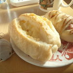 31409010 - チーズフランスとソーセージの入ったやつ(名前忘れる)とダイオウグソクムシたん。