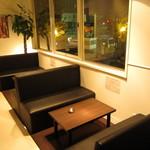 焼肉グレート - 二階席には広々としたウェイティングルームも完備。